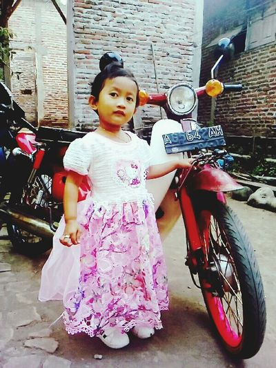 Waooowww keyza 👏👏👏❤❤❤😍😚😚😚😱 Childhood Traditional Clothing Girls Full Length Elementary Age Holding Casual Clothing Person Red Building Exterior Innocence Culture Pink Color Day Pare Kediri Jawa Timur INDONESIA C70indonesia Streetcub70 Streetcub Streetcubindonesia Modeling Modelcilik Litlegirl
