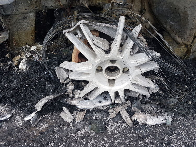 Molten, Liquefied, Liquid, Fluid, Melted, Flowing Geschmolzen Car Wheel Leichtmetallfelge Pkw-Brand Feuer Hitze Heat Burning Car Fire High Angle View Close-up