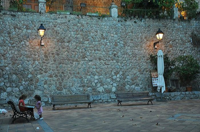 ... and walk down to the little placa.. which is a perfect place for children in november.. after the tourism storm.. i love the atmosphere in these times.. Majorca Art Is Everywhere Beautiful Place ♥ Love It ❤ Sometimes Late Afternoon Loneliness Silence Moment Silence Day No People Nature