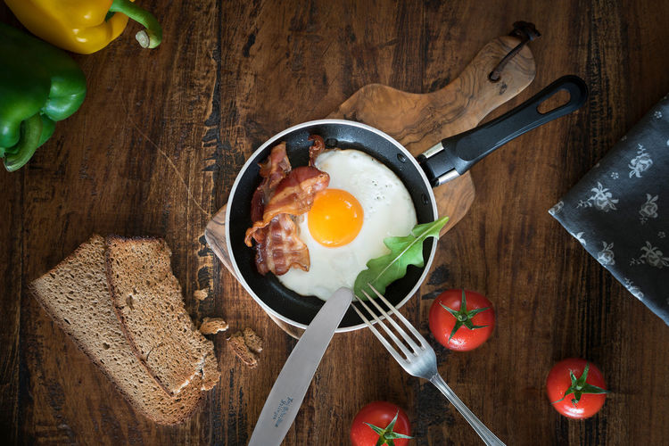 Fried egg Fork Fried Egg Green Color Knife Red Arranges Bread Egg Food Food Still Life Foodphotography Indoor Indoors  No People Pan Paprika Tomatoes Wood - Material Yellow
