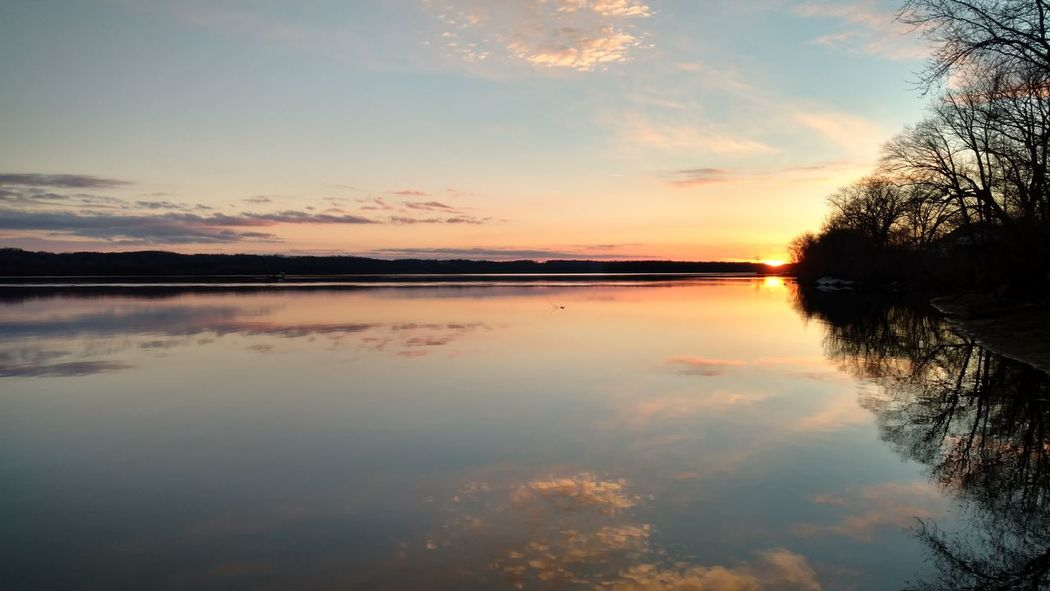 Sunset Beautiful ♥ Check This Out Sky Water Outdoors Relaxing Majestic Reflections Scenics Mississippiriver Rural Living Cloud - Sky Beauty In Nature No People Tranquility Beautiful Color Cloud Mississippi River