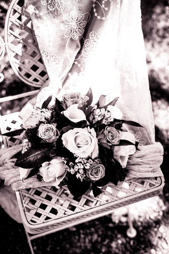 Noir Et Blanc Peach Flowers WeddingFlowers Blackandwhite Blancoynegro Boda Bouquet Chiaroscuro  Fleurs Floras Flower Garden Gardenchair High Angle View Jardin Lace Mariage Marriage  Outside Peach Roses Weddingbouquet