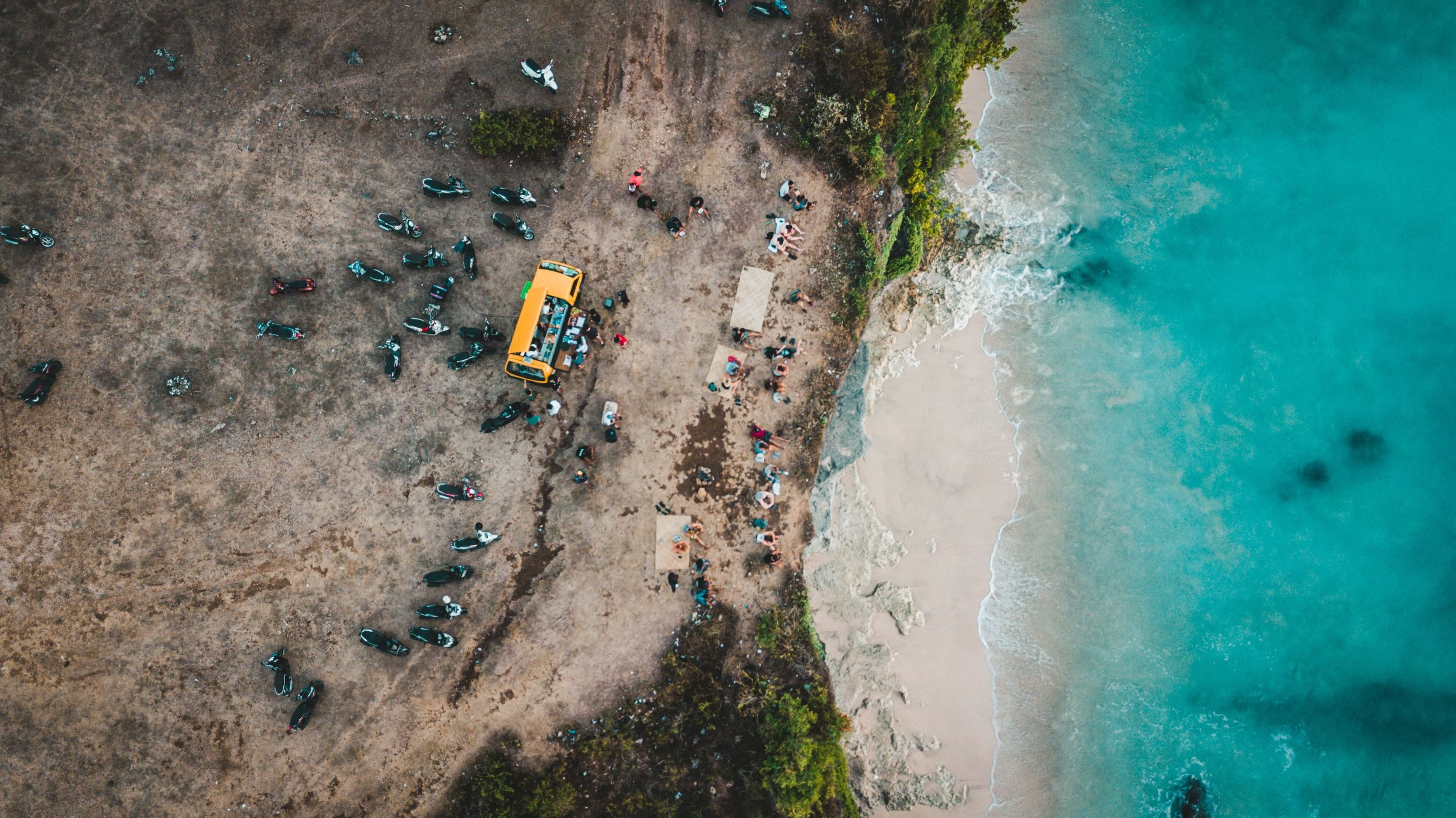 high angle view, water, group of people, land, beach, day, nature, leisure activity, sea, sport, real people, aerial view, directly above, large group of people, crowd, beauty in nature, motion, outdoors, lifestyles