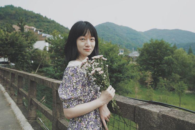 Portrait of beautiful woman standing on mountain