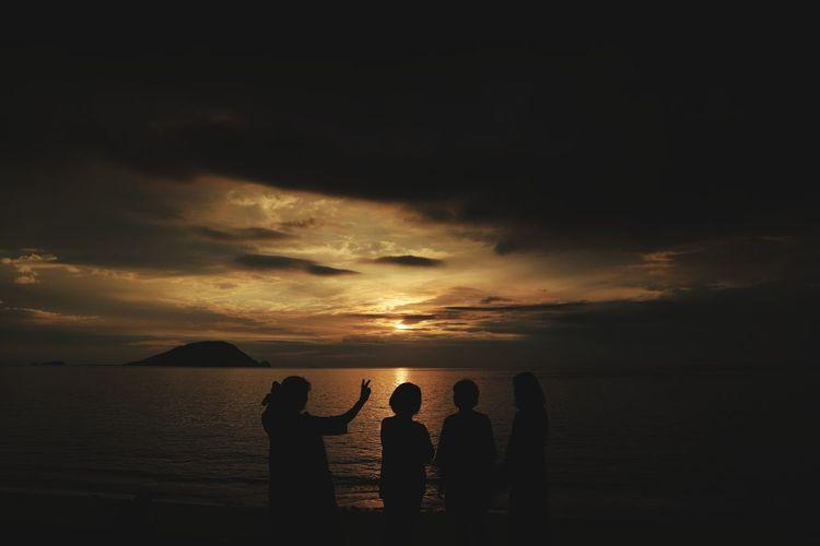 【知らないおばちゃん達に声をかけた】 志賀島 Sunset Sunsetphotography Sunsetphoto Photography Japansunset Japanphoto Country Nature 夕日 Sunset_collection Countryphotography Canon 影絵 影画 影 Photo Silhouette Water Sea Sunset Beach Togetherness Silhouette Sun Friendship Summer Reflection