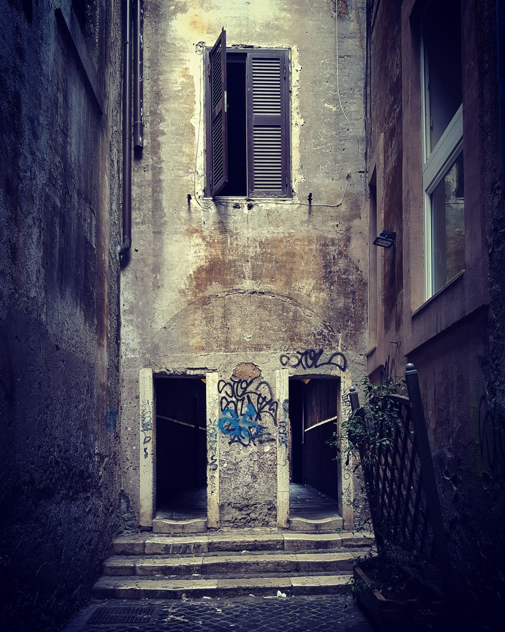 architecture, built structure, building, window, building exterior, entrance, door, no people, wall, old, day, history, outdoors, abandoned, direction, city, residential district, house, wall - building feature, the past, ruined