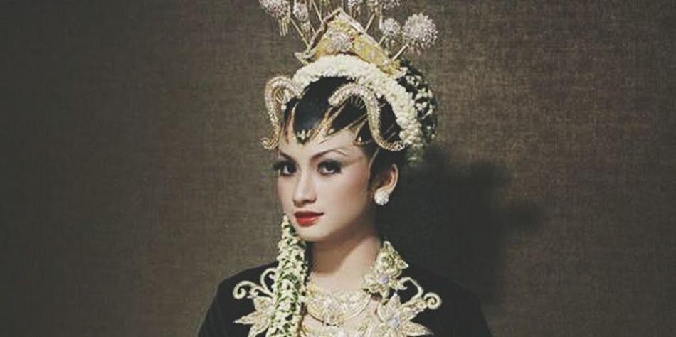 WanitaIndonesia Adatjawa Jawa Dodotan KartiniDay Kartiniindonesia Kartinidays Asliindonesia Kebaya Indonesia Girl Makeup Makeup ♥ Makeup Artist SeniBudaya Bajuadat Pengantin Jawa