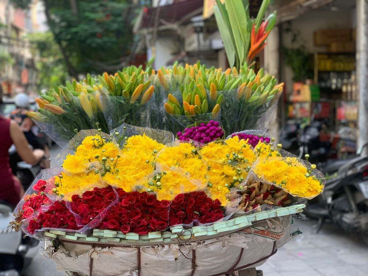 flower, flowering plant, plant, focus on foreground, freshness, close-up, retail, market, day, for sale, vulnerability, incidental people, nature, fragility, small business, choice, container, yellow, beauty in nature, business, flower head, outdoors, retail display, flower arrangement, bouquet, flower market, sale