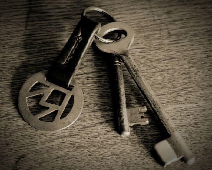 Vintage Stuff Vintage Altmodisch Old-fashioned Schlüsselbund Alte Schlüssel Old Keys Schlüsselanhänger Schlüssel Key Keys Blackandwhite Black & White Blackandwhite Photography Black And White Collection  das ist der Schlüssel des Hauses, wo ich aufgewachsen bin. Das Haus steht nicht mehr, aber die Schlüssel würde ich nie hergeben. These are the Keys of the house Where I was grown up. The house don't exist since years, but I never would give away the Keys. Schwarz & Weiß Photographic Memory Showcase: February