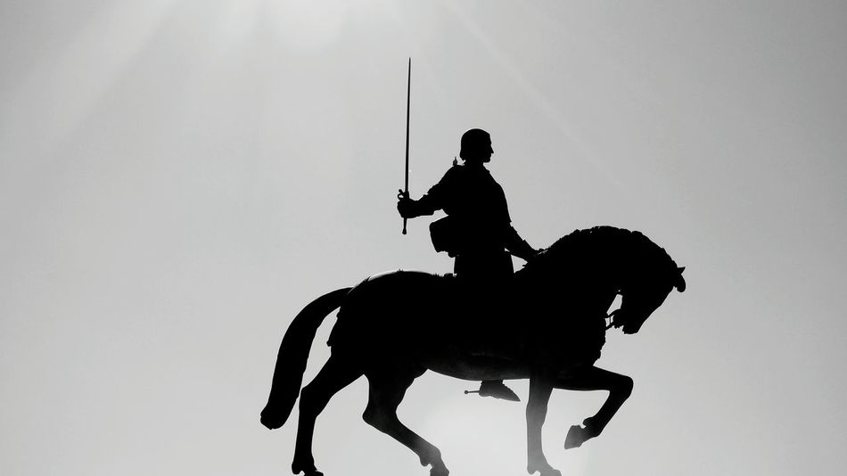Estátua Mosteiro da Batalha Monochrome monochrome photography Black And White Statue Silhouette Statue Silhouette Dark Monochrome Photography Statues And Monuments Statue Mosteiro Da Batalha Military Army Silhouette Horseback Riding Horse Army Soldier Horse Racing Riding