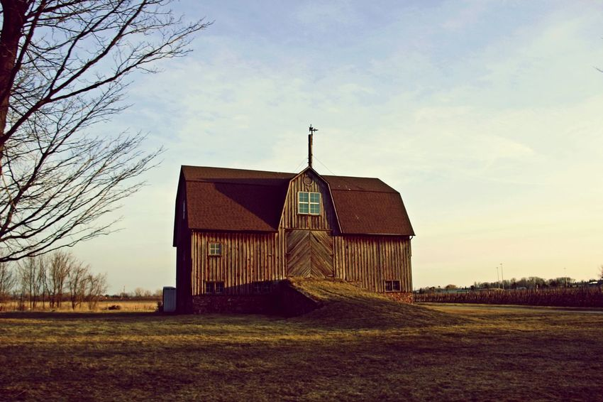 An old barn in Port Dalhousie Ontario Architecture Barn Barns Beatiful Barn Building Exterior Built Structure Field Grass Jonnymckinnon Jonnymckinnonphotography No People Old Old Barn Old Barns Port Dalhousie Wood