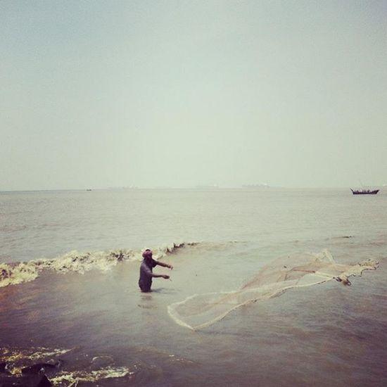 Fishing at Bay of Bengal ! Js Jashimsalam Photographer Photojournalist Documentary Dailylife Sea Beach Potenga Fishermen Fish Bayofbengal Dailylife Chittagong Bangladesh Boat Ship Port Everydaybangladesh