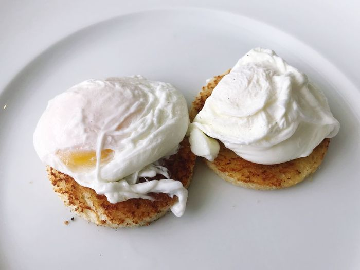 poached egg on toast Food Food And Drink Plate Freshness Breakfast Bread Porched Eggs Egg Poached Poached Eggs  Poachedeggs Poached Egg Eggs... Delicious Sandwich Healthy Eating Eier
