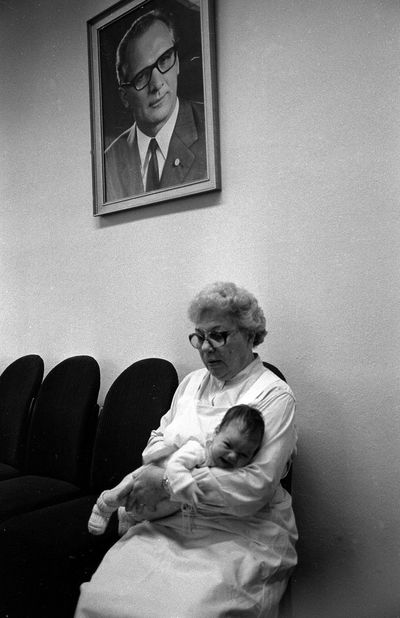 "Begrüßung ""Jüngste Bürger"" Begrüßung Jüngste Bürger Im Rathaus East Germany Honecker Magdeburg DDR Neugeboren Baby ❤ Child Childhood Family Females Home Interior Indoors  Males  People Real People Togetherness Women"
