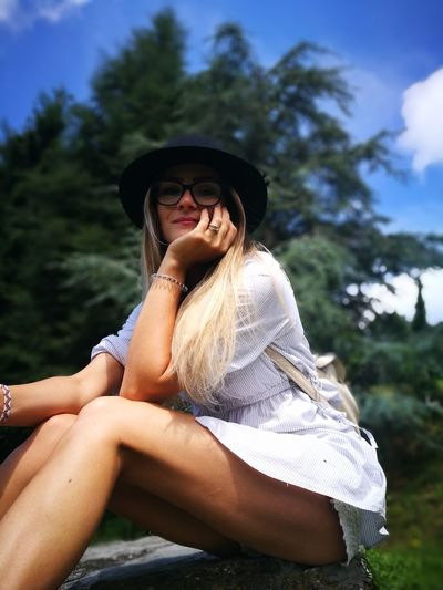 me and the natur Nature Relaxing Young Women Tree Women Beautiful Woman Portrait Sitting Beauty Smiling Summer Happiness Sun Hat Wearing The Portraitist - 2018 EyeEm Awards