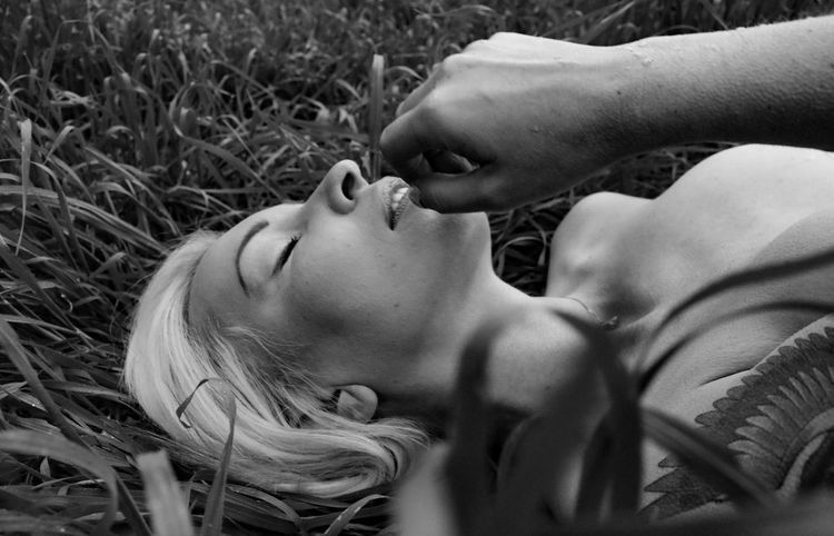 Lying Down Grass Nature Human Body Part Beauty Tranquility Tiina Uniqueness On The Ground Headshot Beautiful Woman Blackandwhite Black And White Photography Human Face Women Escondido Outdoors One Young Woman Only Close-up Hair One Person One Woman Only Beautiful People Young Women The Secret Spaces TCPM The Portraitist - 2017 EyeEm Awards Sommergefühle