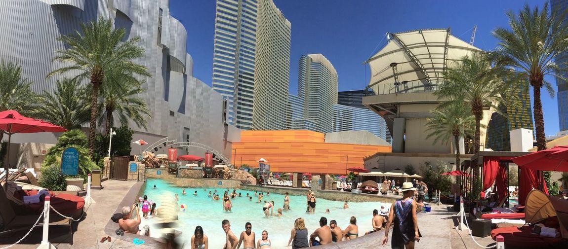 Showing Imperfection piscine d un hôtel las Vegas , mouvements des personnes donnent un flou ... Donnent un effet Skyscraper Cloud - Sky Las Vegas