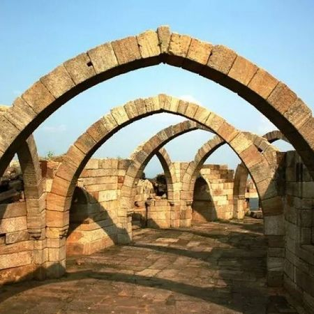 Saat Kaman is located on the edge of a hill on the southern side of Champaner (Pavagadh). Saat Kaman means seven arches, though only 6 arches are intact in Champaner. Indianarchitecture Indianforts Indianhistory Incredibleindia india gujarat gujarattourism wanderlust travelbug travel