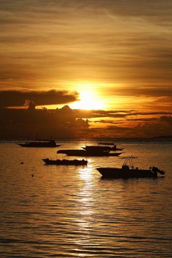 언제든 어디든 바다와 배와 구름이 보이는 일출은 아름답다 . . #하루한컷 #일출 #바다 #필리핀 #보홀 #에스카야리조트 #5DMARK4 #새아빠백통 #EF70200F28LIIISUSM Water Nautical Vessel Sea Sunset Beauty Beach Silhouette Low Tide Sun Sunlight
