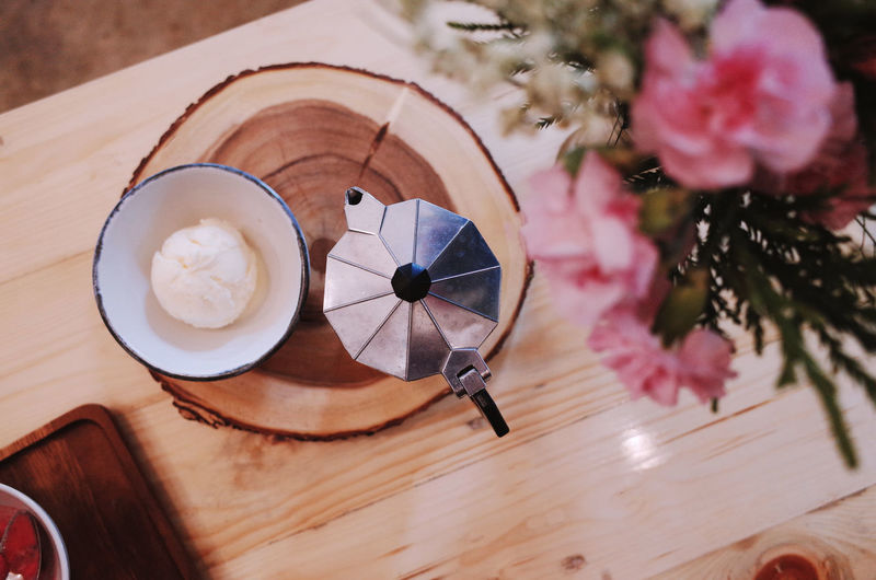 Drink Coffee Table Coffee - Drink Plant Refreshment Flower Food And Drink Freshness Mug Coffee Cup Flowering Plant Cup Still Life Indoors  No People Vase High Angle View Beauty In Nature Nature Saucer Frothy Drink Hot Drink Crockery Flower Head