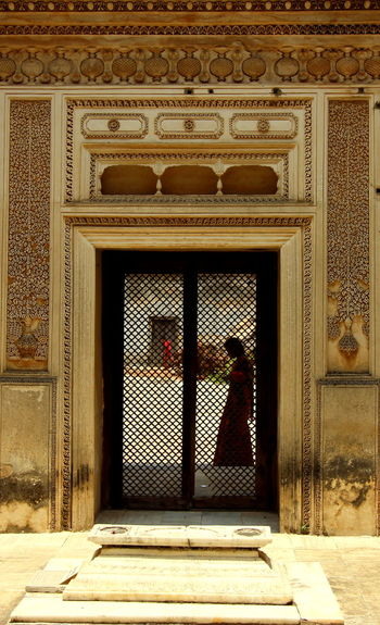 Unmatched grace and elegance....Exquisite work of art...! Door Pattern Architecture Day Built Structure Doorway Indoors  Candidshot People And Places Canon 600D📷 Capture The Moment Natural Beauty Hyderabad,India Historic Culture Architectural Beauty Paigah Tombs Paigahtombs Nizam Tombs Carving Architectureporn Architecturephotography Architectural Design Architecture And Art