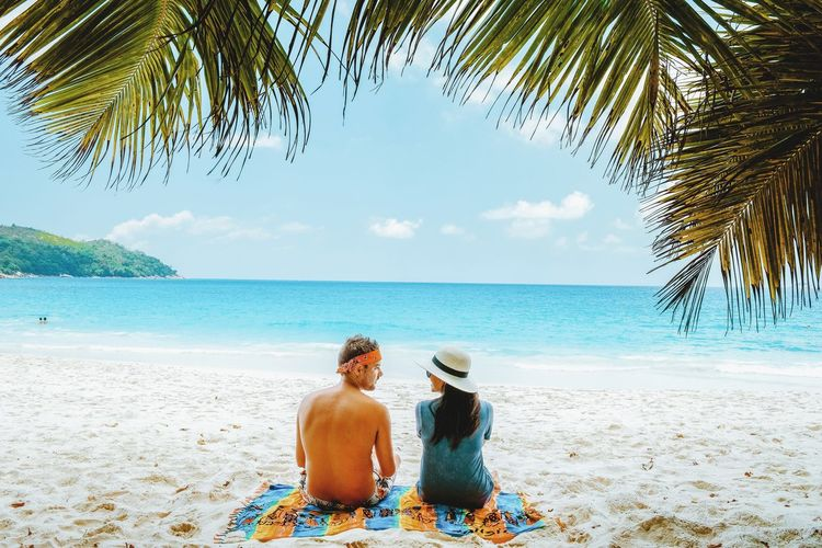 Seychellen Seychelles Seychelles Islands Men Valentine Couples Couples In Love Valentine's Day  Woman Man White Water Young Women Sea Beach Friendship Tree Sitting Sand Women Relaxation Couple Friend Hugging Beach Holiday Back Human Back Sunbathing Calm Mid Adult Couple