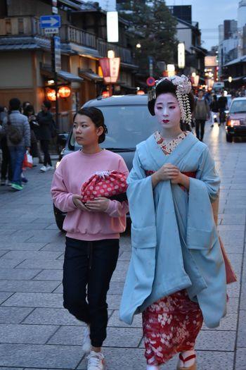 Real People Japan Japan Photography Geisha Geishagirl Geisha District Geishas Geisha Portrait Maiko Maiko Of Kyoto Maikosan Geisha Walking gion Gion Kyoto, Japan The Street Photographer The Street Photographer - 2017 EyeEm Awards The Portraitist - 2017 EyeEm Awards The Portraitist - 2017 EyeEm Awards