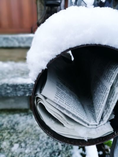 Winter Snow Cold Temperature Outdoors No People Close-up Day City Architecture Nature Newspapers Outdoor Photography Zeitungsleser Zeitung 2017