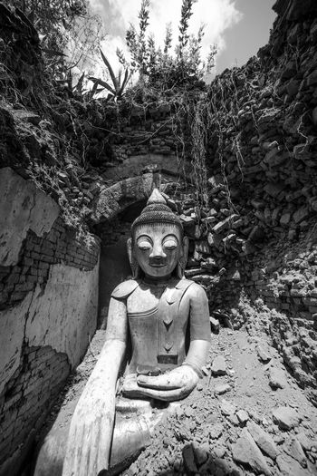 In Dein Bouddha. Inle lac. Statue Sculpture Temple - Building Outdoors Stone Cloud - Sky Travel Wide Shot Scenics Monochrome Photography Ancient History Architecture