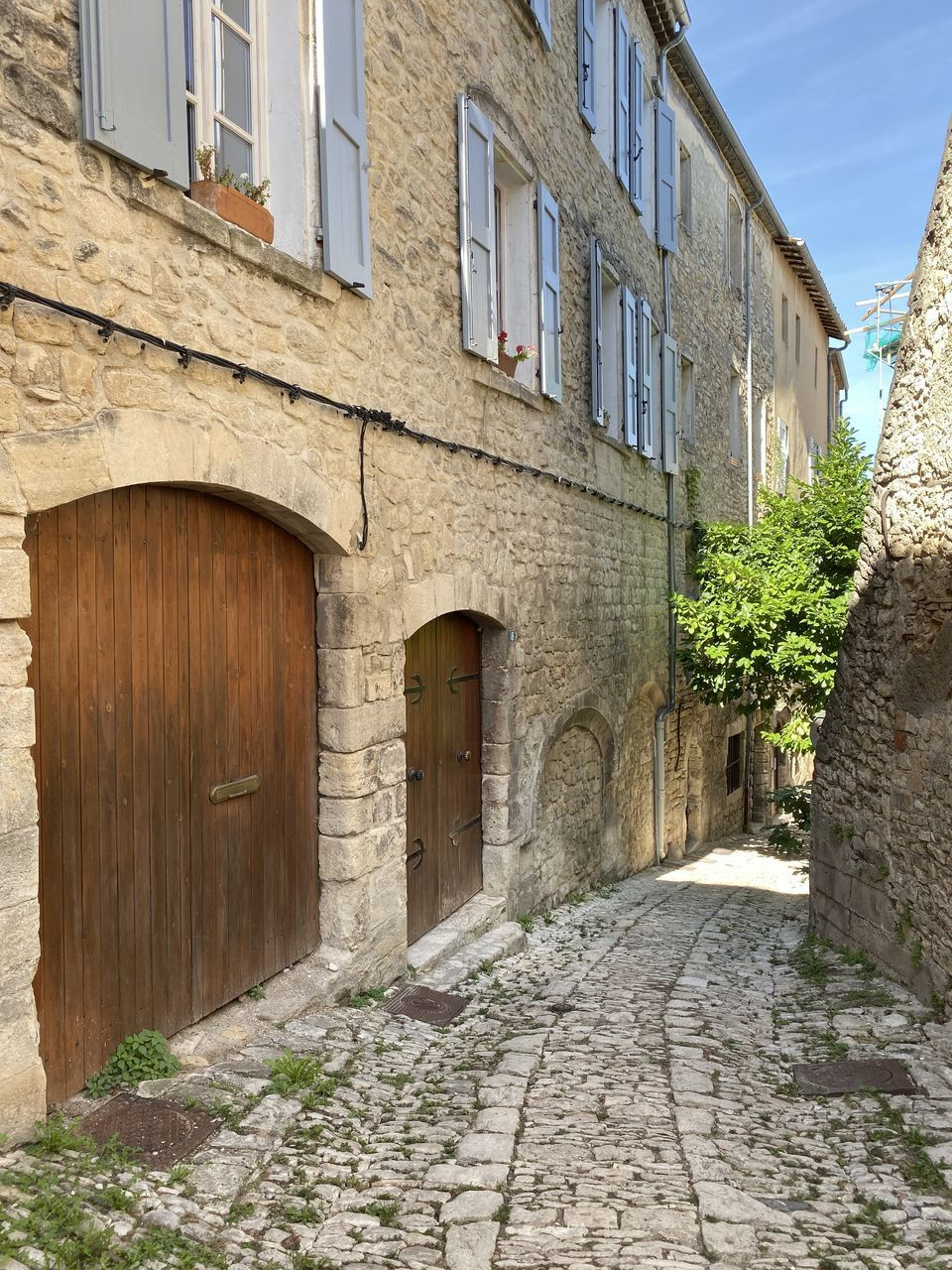 architecture, built structure, building exterior, building, window, day, nature, the way forward, residential district, direction, no people, city, entrance, door, footpath, house, street, plant, old, cobblestone, outdoors, stone wall, alley
