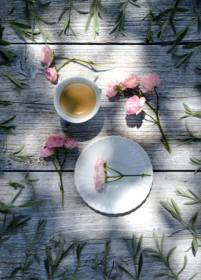 Coffee Relaxing Beauty In Nature Cup Directly Above Drink Flower Flower Head Flowering Plant Food Food And Drink Freshness High Angle View Home Interior Leaf No People Outdoors Plant Refreshment Roses Shadow Still Life Table Wellbeing Wood - Material