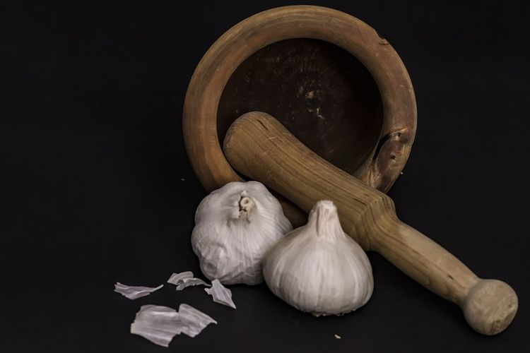 EyeEm Selects Vegetable Garlic Food Spice Ingredient Food And Drink Garlic Bulb Freshness Healthy Eating Black Background Indoors  Wellbeing Wood - Material No People Dark Still Life Scented Studio Shot Full Length Nature