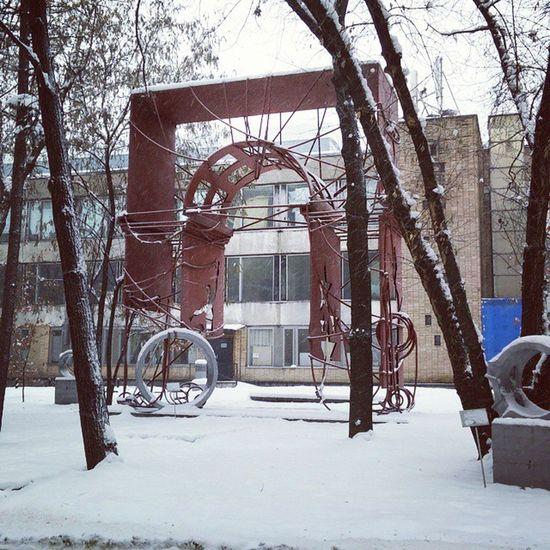советские заводские территории по-своему прекрасны. помимо производства на них всегда куча арт-обьектов) почтиЗИЛ ностальгия кудауходитдетство