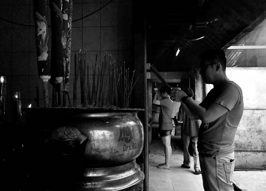 Black And White Photography This Is My Street Street Photo Bw Street Photography Only Men Men Chinesenewyear2017 Outdoors Indonesia Street Photography Apf Megazine Street Street Photographers Lifestyles Traditional Clothing Street Photograhy International One Person Documentary