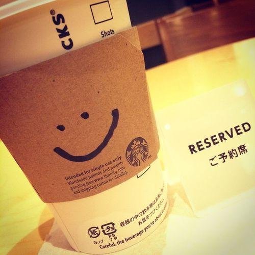 2015.01.05 Tall Hot NoFat AllMilk StarbucksTeaLatte(Hojicha) . ホムスタに居るんでふけど… ここっていつも寒いんだよねぇ😱 自動ドアが開きっ放しなので 風がぴゅーぴゅー、足元スースー なんだよねぇ( ´д`ll) . それでも… PTRさんや雰囲気が好きだから 来ちゃうんだけど(*/▽\*) ニコちゃんマークありがと✨ . Starbucks Starbuckscoffee スタバ 足元スースー 自動ドア開きっ放し それでも好きなの✨ ホムスタ最高 Miillainsはスタバっ子w Miillains