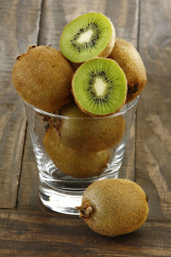 frutas tropicais laranja kiwi mamão Kiwi Healthy Eating Food And Drink Food Kiwi - Fruit Fruit Freshness Wellbeing Indoors  SLICE Close-up No People Table Wood - Material Still Life Cross Section Pear Group Of Objects Brown High Angle View