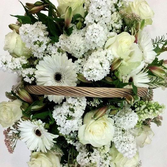 Pedida de mano de Erea. Alea Pedida Pedidademano Engagement Flowers Fleurs Fiori Blumen Lovemyjob Blanco Basket Cesta White Compromiso Love Amor Vigo SPAIN Galifornia Instavigo