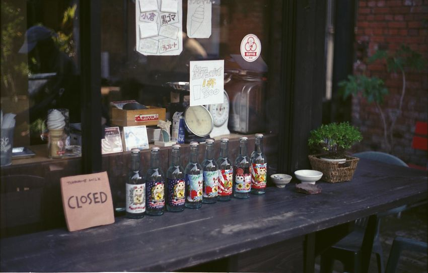 film yashinon50 1.9 フィルム フィルム写真 オールドレンズ Old Lens Photo Film Photography Film Yashica Yashica Fx-3 Yashinon Yashinon Ds 50mm F1.9 Drink Display Liquor Store Wine Rack Prepared Food Cafe Vintner Cellar Store Window Office Building