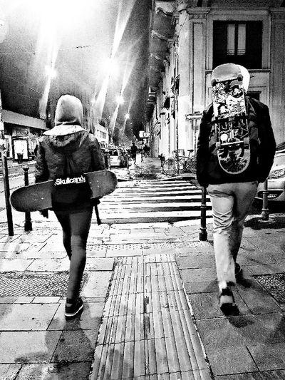 The walking skaters Skaters Night Street Skating Skateboarding Skateboarding Skatelife Passers
