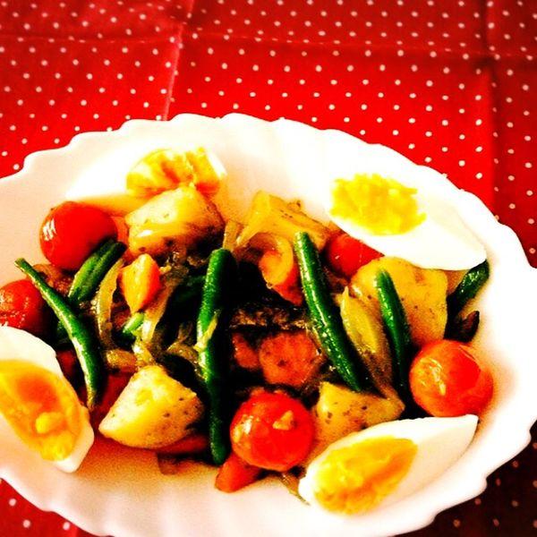 なんでもないけど、夜ごはん🍴🌝サーモンと野菜たちを、オリーブオイルで炒めたモノ🐟🍅🍳💛 夜ごはん サーモン トマト じゃがいも ゆでたまご いんげん 野菜 オリーブオイル