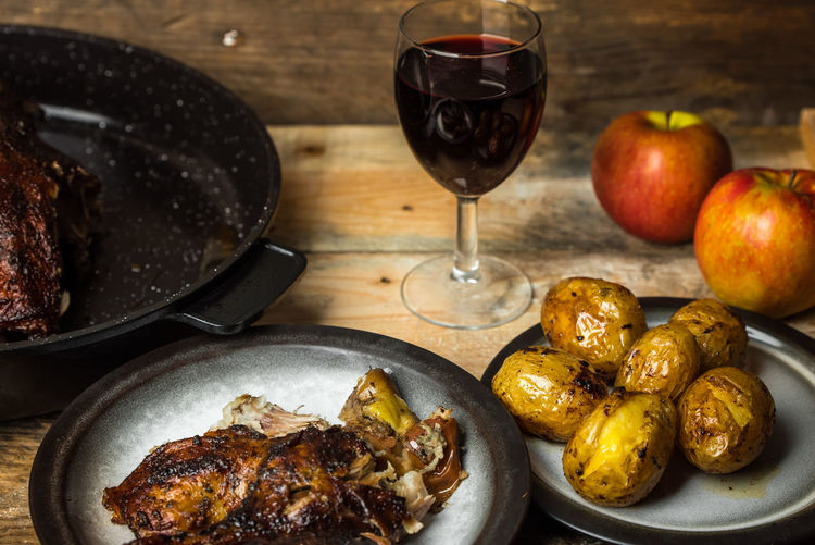 Goose baked with apples, wine and potatoes Apples Goose Cooking Baking Family Dinner Christmas Food Red Wine Wineglass Drink Fruit Drinking Glass Snack Alcohol Wine Plate Close-up Served Unhealthy Lifestyle Fried Potato Temptation Serving Size