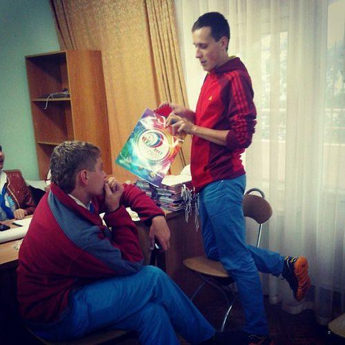 Трогательный момент в вожатской жизни Кашина.он с любовью и душой собирает подарки для любимого Тамбова и Удмуртии.Зайка Кашин.