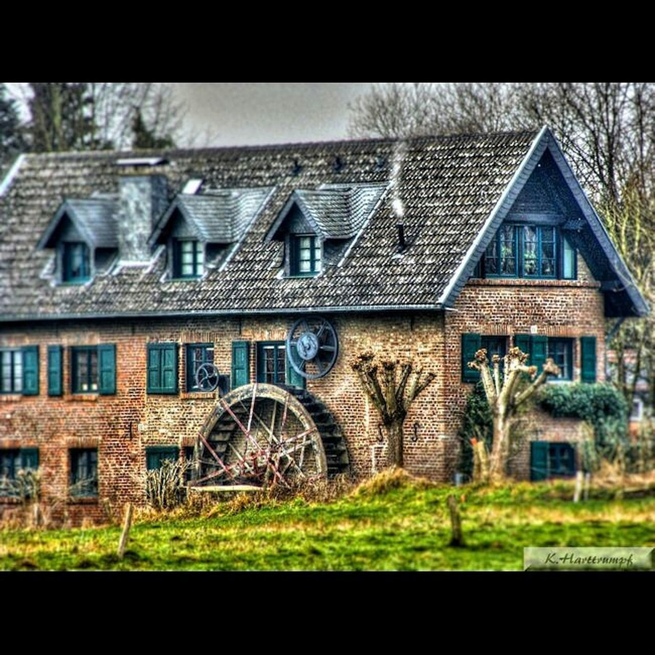architecture, building exterior, built structure, window, house, no people, day, outdoors, grass, sky