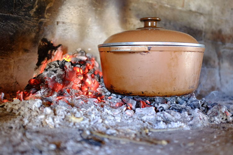 cocinando olla al fuego Olla Olla A Las Brasas Cocinar Fuego Fire - Natural Phenomenon Fire Burning Heat - Temperature Flame No People Container Close-up Selective Focus Indoors  Wood - Material Ash Day Kitchen Utensil Still Life Nature Burnt Household Equipment Preparation
