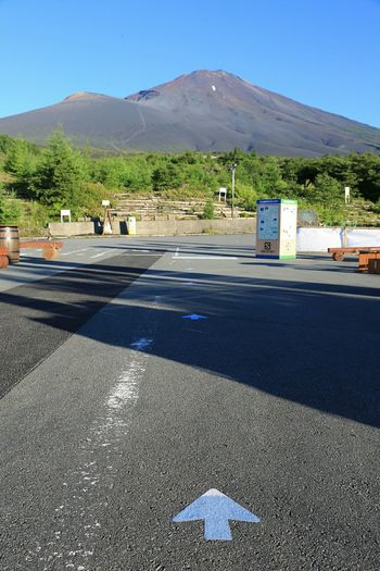 Road to the peak. 道路の矢印が富士山デザイン(笑) Road Signs Mt.Fuji Mountains Nature Landscape Taking Photos Hello World ~カメログまたここで~ EyeEm Nature Lover