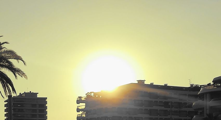 Le soleil source de chaleur et de beautéSun Sunlight Sky Outdoors Beauty In Nature Romantic Sky Low Angle View Day Frejus No People Nature Beauty In Nature Calm Tranquility Horizon Over Water Non-urban Scene Atmospheric Mood Illuminated Ciel Magnifique