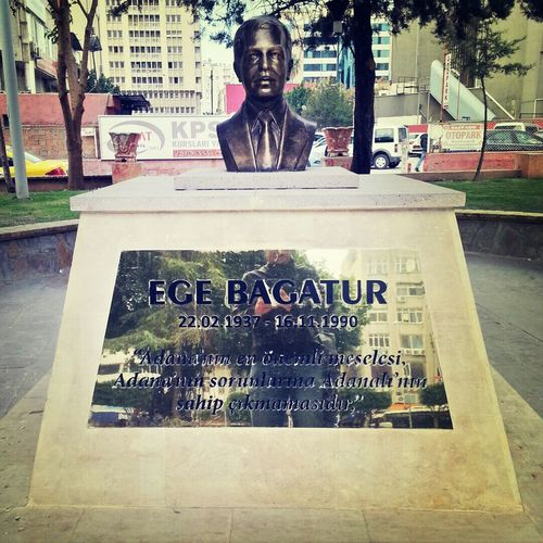 Adana'nın en büyük sorunu, Adanalıların Adana'nın sorunlarına kayıtsız kalmasıymış. Bunu zamanında Ege Bagatur söylemiş, bence de çok doğru bir tespit olmuş. Ege Bagatur İnönü Parkında İsmet İnönü hariç heykeli olan tek kişidir ve heykelinin altında o meşhur sözleri yazar. Bir ara gidin bakın :) In Adana Statue Best Quote Of The City