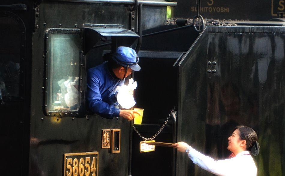 坂本駅にて。『お疲れ様(^^) 』…SL人吉の機関士さんと乗務員さんとのやり取り♫ 熊本駅までがんばれ〜! JR九州 蒸気機関車 SL SL人吉 肥薩線 坂本駅 D5100 Steam Locomotive People And Places Kumamoto 熊本