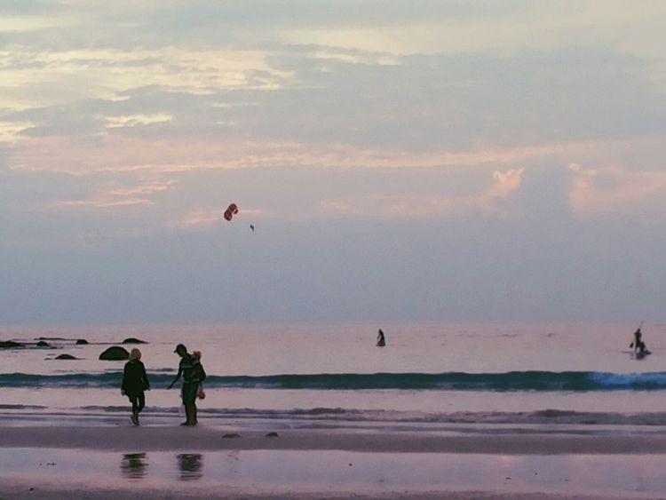 บางครั้งเราก็ต้องนั่งนิ่งๆ เพื่อทบทวนบางอย่างที่ผ่านมาก็แค่นั้น .... มองดู Beach Life Sunset Traveling In Phuket