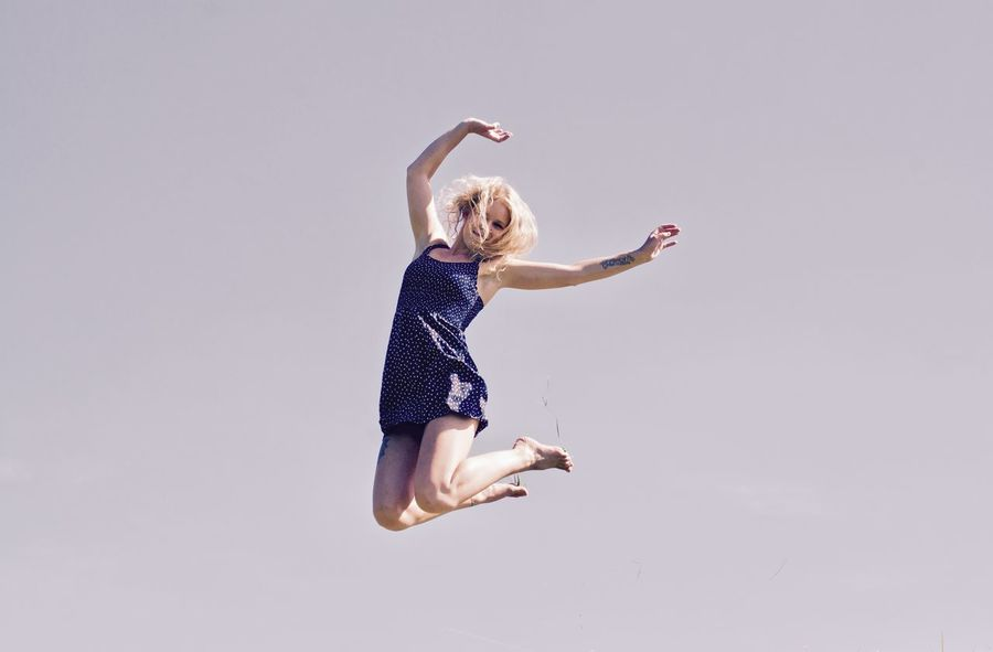 Acrobat Acrobatic Activity Agility Balance Ballet Ballet Dancer Blond Hair Elégance Flexibility Full Length Grace Gray Background Jumping Mid-air Motion One Person One Young Woman Only Portrait Portrait Of A Woman Portraits Shooting Photos Skill  Studio Shot Vitality Young Adult Sommergefühle